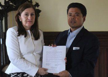 Las piezas fueron entregadas por la fiscal especial de Etnias y Patrimonio Cultural, Jany del Cid, al gerente del Instituto Hondureño de Antropología e Historia, Héctor Portillo.