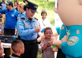 La Policía Nacional y comunicadores de Catacamas les celebraron a los infantes con piñatas, juguetes, pasteles y refrescos, entre otras alegrías.