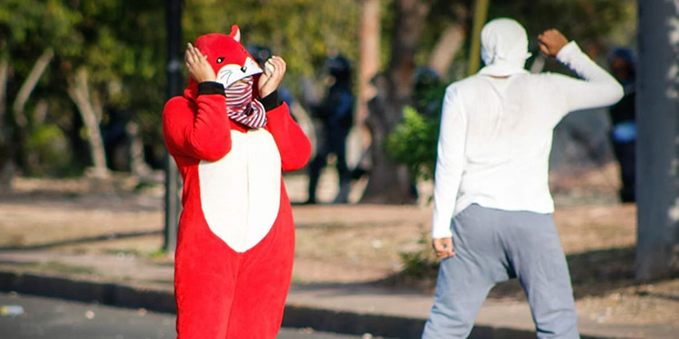 Los jóvenes ahora se visten con ropa de dormir para protestar.