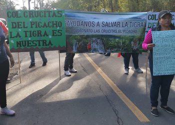 Pobladores de El Hatillo y otras comunidades de La Tigra tienen cerrado el paso frente a la posta policial del sector.