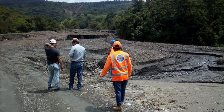 Personal de Copeco inspecciona los daños y analiza los posibles pasos para reestablecer la comunicación vial en La Encarnación y San Fernando, Ocotequepe.