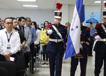 """Caballeros cadetes de la Academia Nacional de Policía (Anapo) General """"José Trinidad Cabañas"""", fueron los encargados de escoltar e izar el Pabellón Nacional."""
