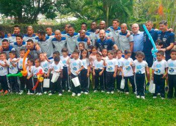 Los niños de la Fundación Ficohsa disfrutaron con los seleccionados nacionales.