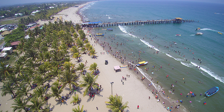 Las playas del Caribe son de los destinos más visitados durante el feriado morazánico. En imagen las playas de Tela.