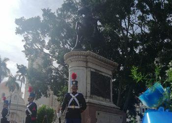 La estatua del general Morazán en el centro de la capital fue custodiada y adornada con ofrendas florales.