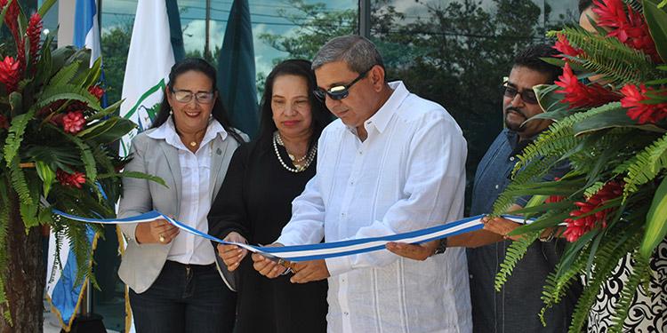 El rector de la Universidad Nacional de Ciencias Forestales (Unacifor), Emilio Esbeih, inaugura el moderno edificio.