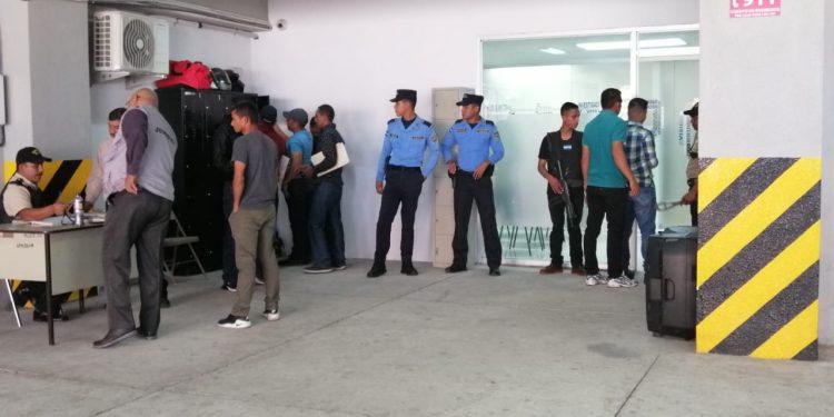Momentos en que los agentes comenzaban  a llegar esta mañana a la Didadpol.
