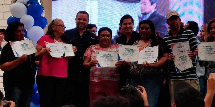 """Más de 1,000 seguidores del Movimiento Unidad y Esperanza del Partido Nacional, recibieron diplomas de participación en el curso """"Estrategia Electoral y 2.0""""."""