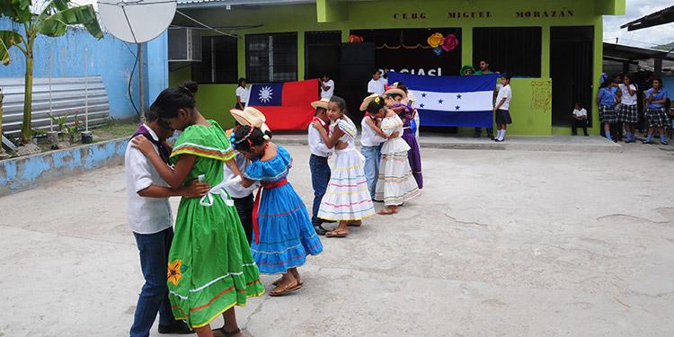 El cuadro de danza bailando El Sueñito.