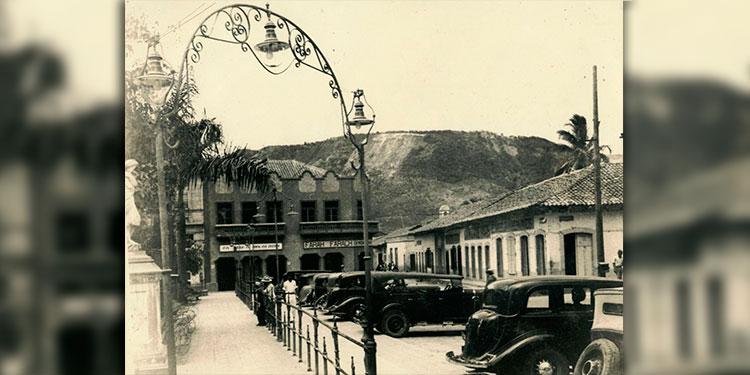 1     Taxis   estacionados en la calle norte de la Plaza Morazán 1948