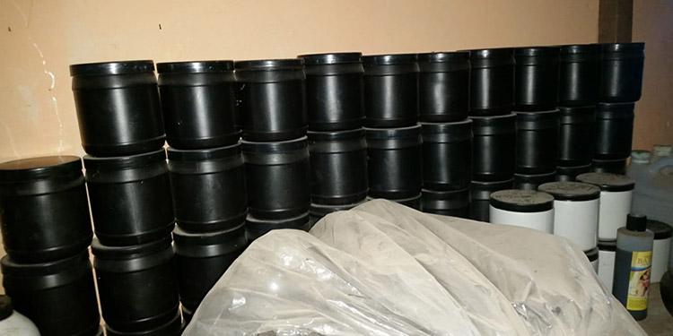 En el allanamiento los agentes policiales decomisaron 500 botes vacíos para ser empacados con medicamentos.