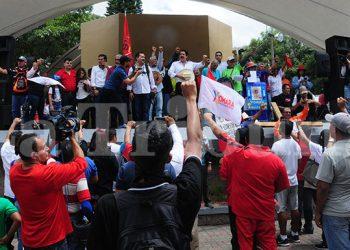 Manuel Zelaya y un grupo de seguidores llegó hasta la plaza Central, en donde dieron sus discursos.