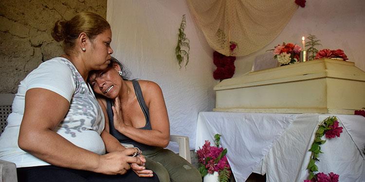Desgarradores momentos de auténtico dolor vivió ayer doña Luz Márquez, cuando velaba el cuerpo de su nieta Nataly Lizeth Montoya Márquez.