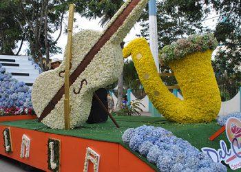 """La carroza de """"Las melodías de Supermercados Del Corral"""" alusiva a la música fue una de las carrozas emblemáticas elaborada  con flores naturales cada instrumento representado."""