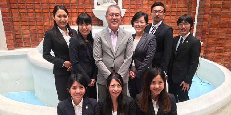 El Director de JICA y los voluntarios durante la presentación del informe final de misión.