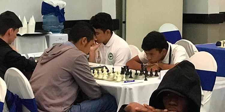 En una de las partidas el hondureño Moisés Herrera analizando la jugada.