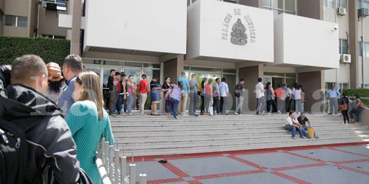 Largas filas de jóvenes en busca de la hoja de antecedentes penales.