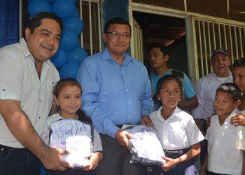 """Entrega simbólica de los """"kits"""" escolares por el gobernador, Edgardo Loucel y el abogado Mario Zepeda, de la Comisión Interventora de la Dirección Departamental de Educación de Choluteca."""