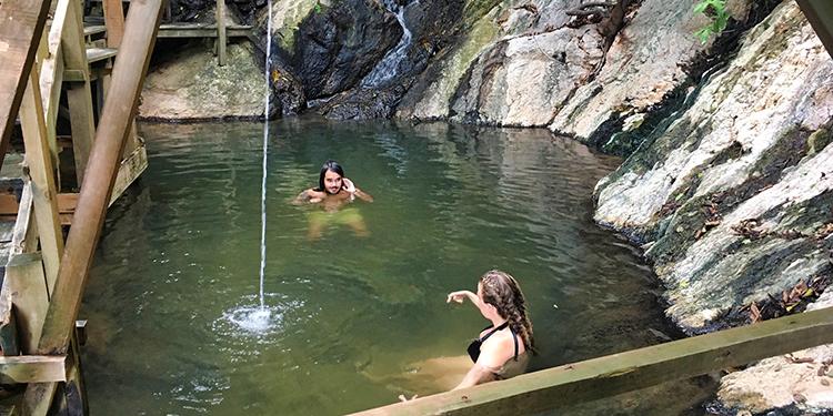 En las cercanías de La Ceiba hay dos balnearios con aguas termales.