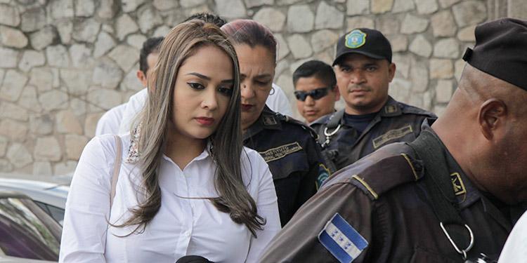 La esposa de Wilter Blanco, Montse Paola Fraga, recibió más de 19 millones de lempiras, de su expareja Jorge Barralaga Rivera, mediante 106 transferencias que fueron retiradas por la encausada.