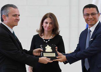 """El ministro Ebal Díaz, que recibió el documento, dijo que esta estrategia """"pone de relieve una vez más el compromiso del gobierno."""