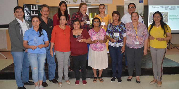 """Entrega de premios en el Primer Encuentro de Mujeres y Jóvenes en el Café, como parte del """"Día Internacional de las Mujeres Rurales""""."""