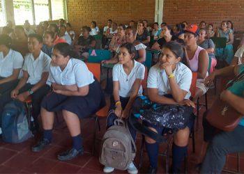 Los padres de familia y sus hijos se congregan en las clases que reciben en el colegio de Punuare, Juticalpa, Olancho.