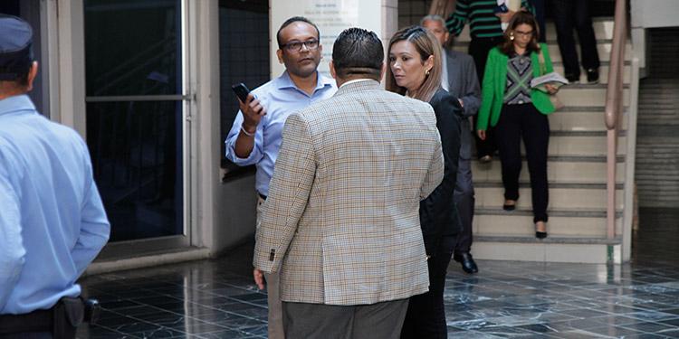 Carol Alvarado Izaguirre, encausada en este caso, se hizo acompañar de su esposo, el exsecretario de MiAmbiente, José Antonio Galdames en el comienzo de la audiencia inicial.
