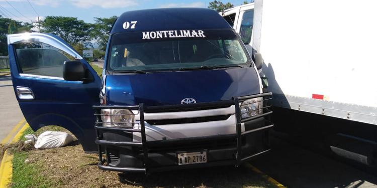 Aún se desconoce que provocó la colisión entre la unidad de transporte y el camión.