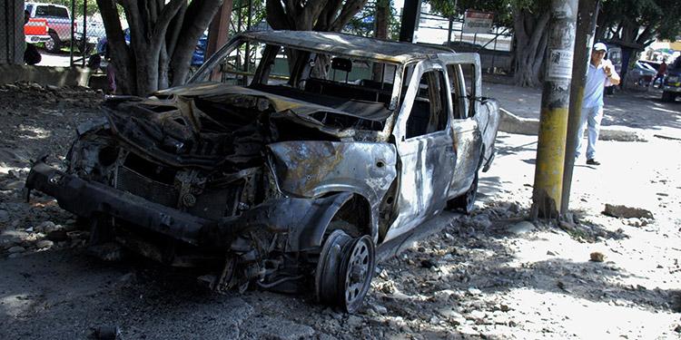 """Manifestantes quemaron un vehículo en el bulevar del Norte, a la altura de la colonia """"3 de Mayo""""."""