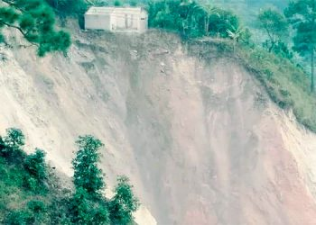 La gente solo escuchó un retumbo y la tierra se corrió de un lado a otro con el desprendimiento de la montaña.