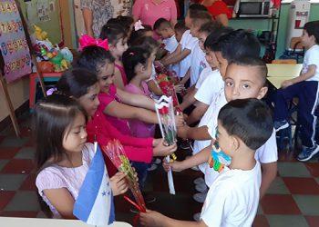 Los niños realizaron un gesto de mucha cultura, educación y respeto al entregarles una rosa a las niñas del del Jardín de Niños Sagrado Corazón, acompañados por la maestra y madres de familia.