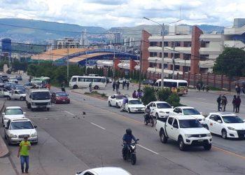 El paso vehícular está interrumpido en el bulevar Suyapa de Tegucigalpa.