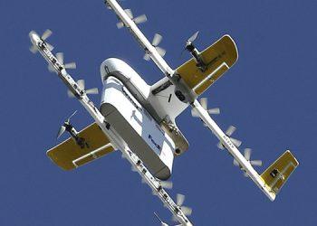 Drones de Wing iniciaron este viernes vuelos a una altura de unos 7 metros (23 pies) para entregar paquetes en Christiansburg, Virginia.