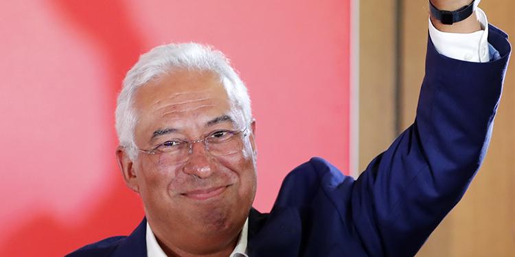 Antonio Costa, primer ministro de Portugal y líder del Partido Socialista, celebra con el triunfo tras la elección general.