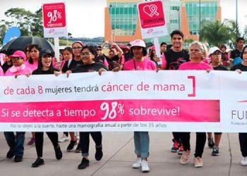 """La conmemoración del """"Día Mundial de la Lucha Contra el Cáncer de Mama"""", inició con una caminata desde el monumento a la virgen de Suyapa, a inmediaciones de la Universidad Nacional."""