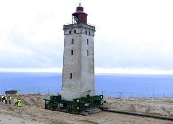 El faro Rubjerg Knude es trasladado sobre ruedas en Jutland, Dinamarca, el martes, 22 de octubre del 2019. El edificio de 120 años fue movido para salvarlo de la erosión costera. (Henning Bagger/Ritzau Scanpix via AP)