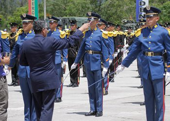El capellán de las Fuerzas Armadas, sacerdote Aníbal Montoya, bendice los espadines que minutos antes habían recibido los más de 150 cadetes de primer año de las tres academias castrenses.