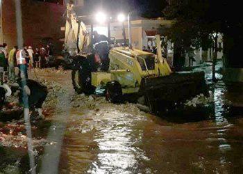 Durante la noche de la lluvia, las autoridades emplearon alguna maquinaria para  remover basura arrastrada por la corriente y así evitar mayores daños.