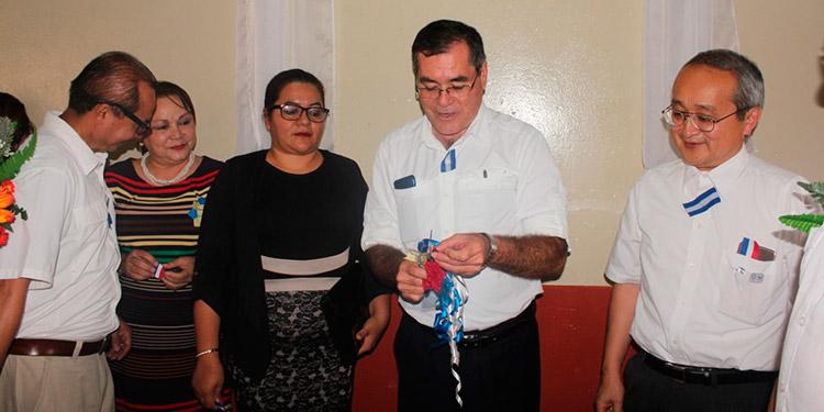 El representante de la embajada de Japón, Norio Fukuta, junto al alcalde de Danlí, Gustavo Mendoza, y la directora departamental de Educación, Edita Imelda López, cortaron la cinta inaugural.