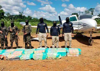 """Miembros de la Fuerza de Tarea Conjunta """"Policarpo Paz García"""" encontraron 30 paquetes más de cocaína en los alrededores de la pista de aterrizaje clandestina."""