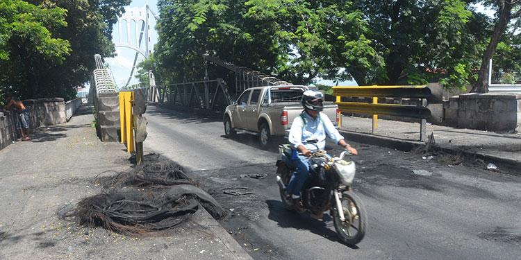 """Mala imagen a la ciudad da ver residuos de llantas en el puente de Choluteca, así como el """"volcán"""" de hollín."""