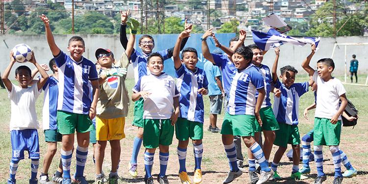 Los niños de la Cerro Grande que simbolizan a Nigeria, festejaron a lo grande su clasificación.