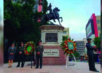 Las Fuerzas Armandas rindieron homenaje al general Francisco Morazán en la plaza central de Tegucigalpa desde muy temprano.