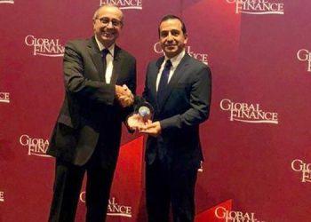 La nota fue entregada a Wilfredo Cerrato por el director editorial y publicista de Global Finance, Joseph Giarraputo.