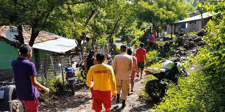 El Cuerpo de Bomberos y vecinos encontraron el cuerpo de la menor en unos matorrales.