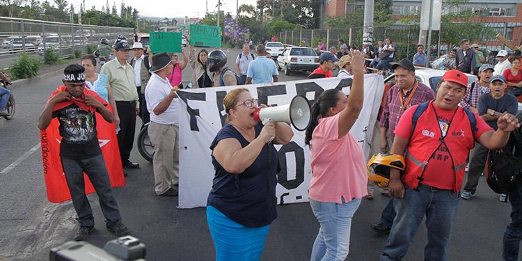 La movilización fue convocada para las 4:00 de la tarde, pero la gente comenzó a llagar una hora antes.