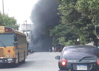 """La gran humareda por quemas de llantas se observaba a distancia, ya que encapuchados de """"Bastión del Sur"""", obstaculizaron el tramo vial."""