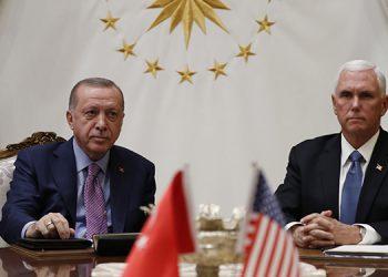El presidente turco Recep Tayyip Erdogan (izquierda) se reunió este jueves con el vicepresidente estadounidense Mike Pence en el Palacio Presidencial en Ankara.