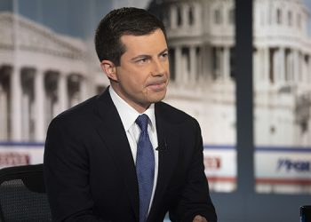 Pete Buttigieg entrevistado por FOX News el 20 de octubre del 2019, en Washington. (AP Photo/Kevin Wolf)